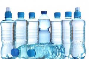 Nên sử dụng nước đóng chai hay máy lọc nước uống trực tiếp?